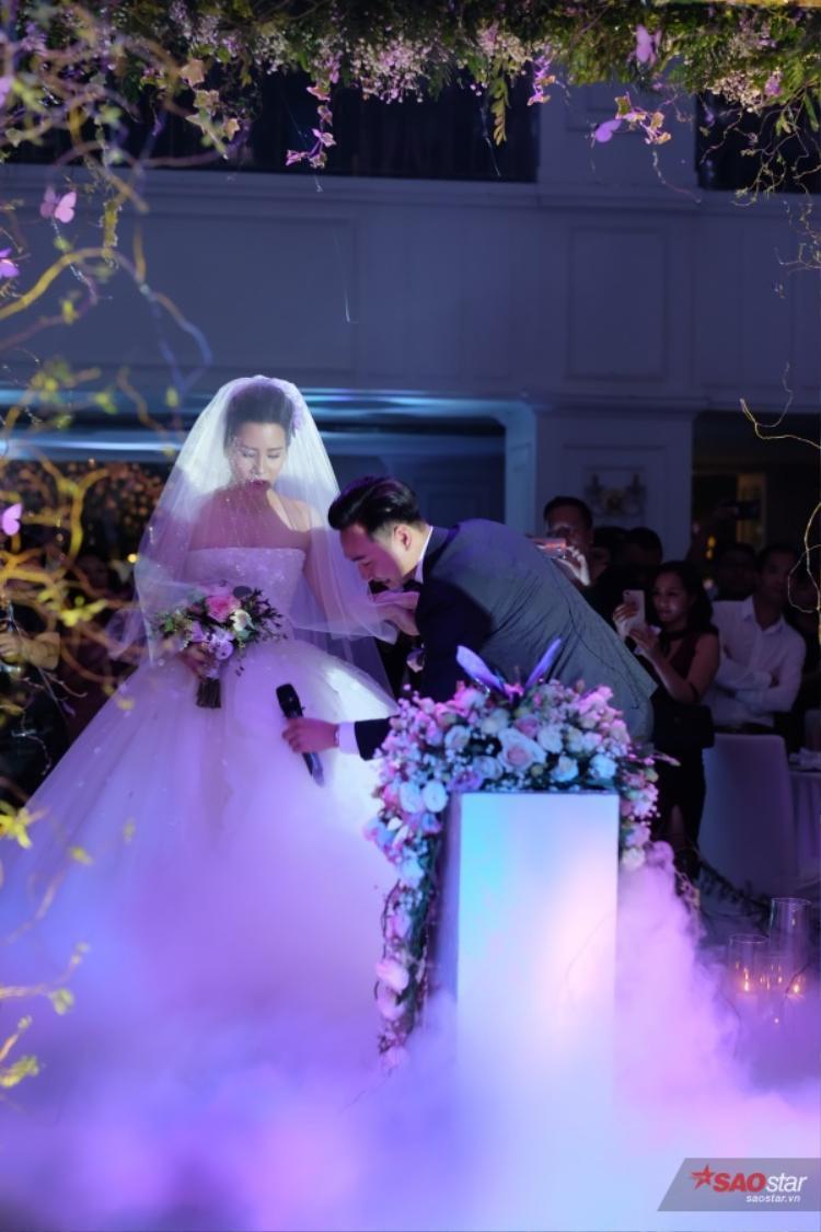 Chú rể Thành Trung và vợ 9X công khai tài sản ngay trong đám cưới