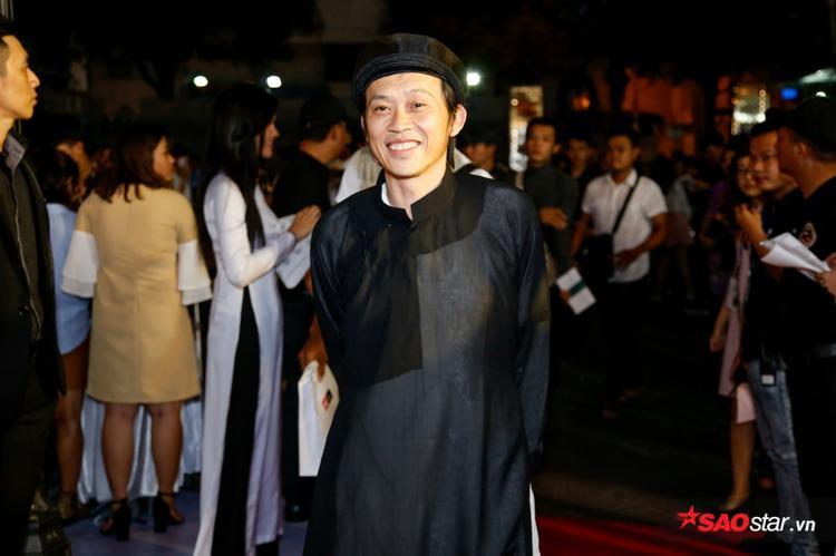 NSUT Hoài Linh diện trang phục dân tộc, khá giống với tạo hình nhân vật Tư Lành trong phim.