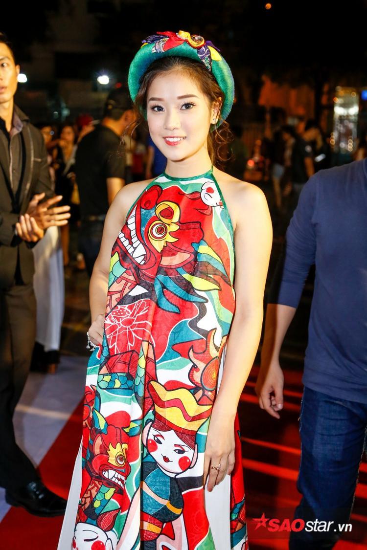 Ca sĩ Hoàng Yến nổi bật với trang phục dân tộc.