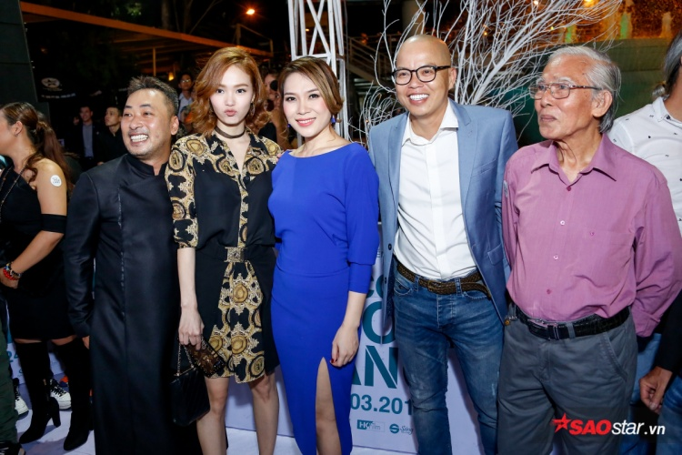 Đạo diễn Nguyễn Quang Dũng chụp ảnh cùng một số khách mời tham gia sự kiện.
