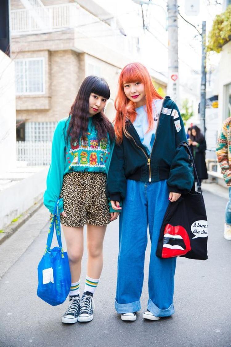 Hai cô gái này sử dụng những màu sắc có phần liên quan đến nhau mặc dù item khác nhau nhưng vẫn khá hợp. Chậc, thời trang oversized luôn được giới trẻ Nhật ưa chuộng