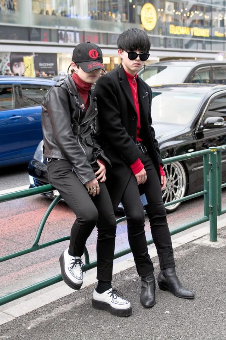 Nếu hai tín đồ thời trang này nhấn nhá bộ trang phục với những chi tiết màu đỏ khá ton-sur-ton và sành điệu thì…