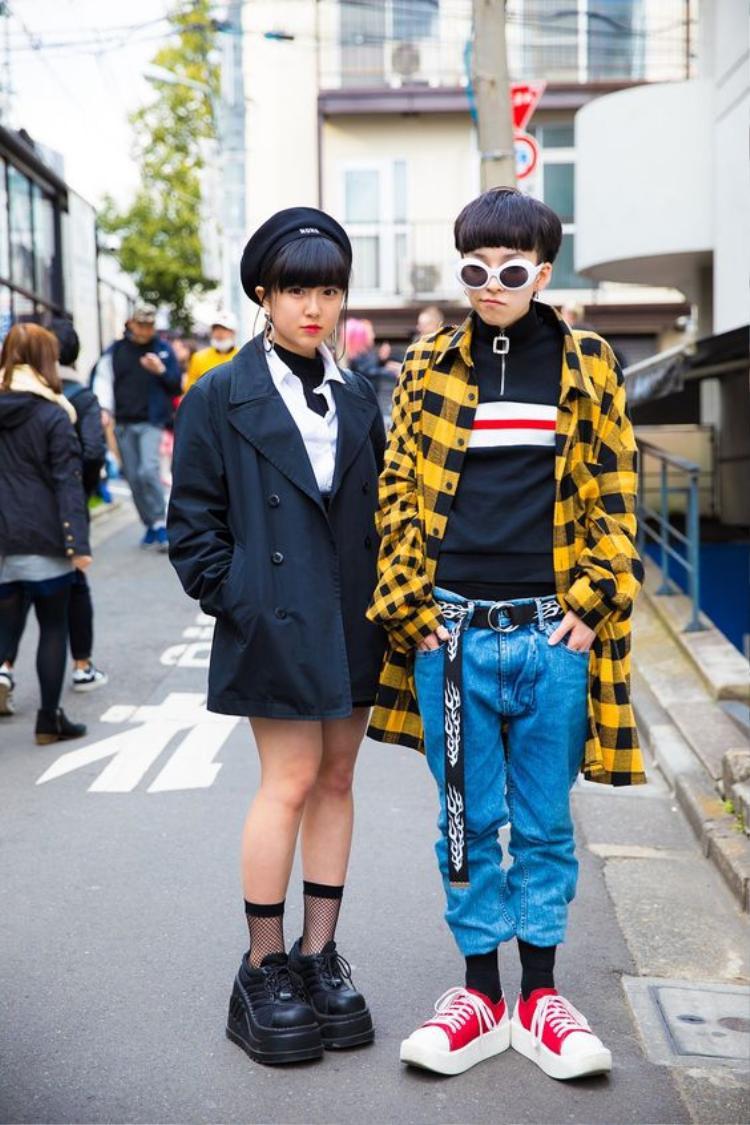 Đôi bạn gây ấn tượng với cách mix trang phục không liên quan nhưng tổng thể khá hút mắt. Ơ kìa, bạn để ý thấy kính mắt ruồi và nịt bản dài không, chúng khá tiện dụng để làm nổi bật outfit đấy!