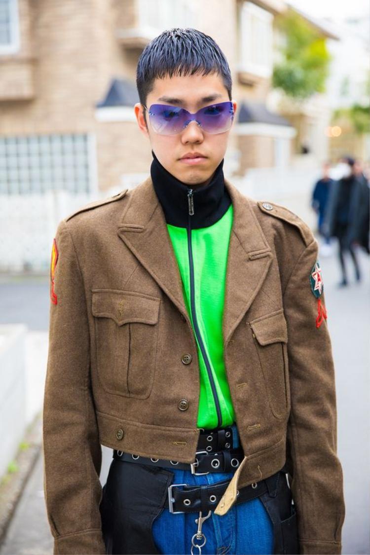 Tóc và kính cùng màu, lớp layer bên trong màu neon nổi bật khoác ngoài chiếc jaket nâu. Anh chàng thể hiện khả năng mix màu sành sỏi khá lạ mắt nhưng ai nói chúng không hợp nào?