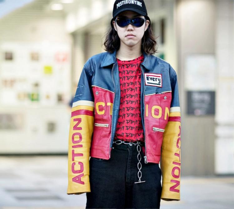 """Tham dự tuần lễ thời trang với chiếc áo khoác""""biker"""" color block thú vị, anh chàng này sử dụng nịt dây kim loại kính và mũ làm điểm nhấn nổi bậtset đồ"""