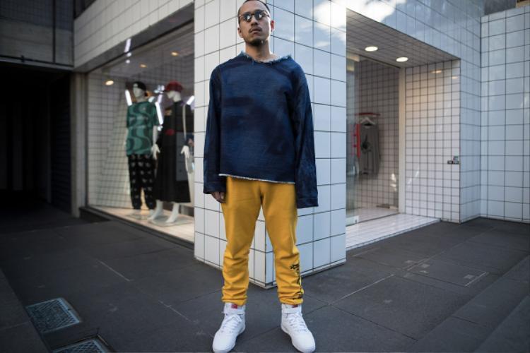 """Các chàng trai tại tuần lễ thời trang ăn mặt rất """"cool"""", anh chàng này có lẽ là tín đồ của phong cách """"streetwear"""" rồi"""