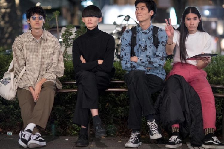 Không khó bắt gặp bóng dáng những tín đồ thời trang tụ tập theo nhóm như thế này tại tuần lễ thời trang ToKyo, diện trang phục casual mà vẫn chất lừ.