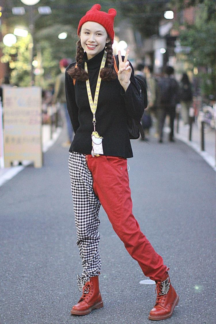 Cô gái với mái tóc tết xinh xắn diện cả outfit khá ton-sur-ton và chỉnh chu