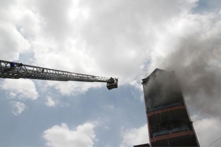 Cháy lớn gần chợ Kim Biên: Khói đen khổng lồ ôm trọn nóc toà nhà 6 tầng