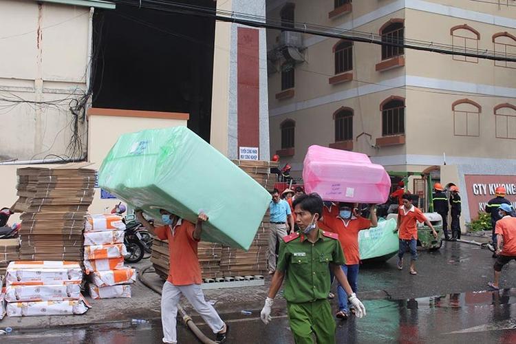 Hàng nghìn công nhân và người dân xung quanh khu vực nhà máy buộc phải sơ tán. Ảnh: Vietnamnet