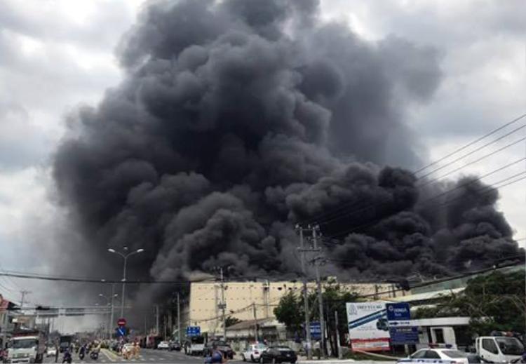 Cột khói đen khổng lồ từ vụ cháy. Ảnh Vnexpress