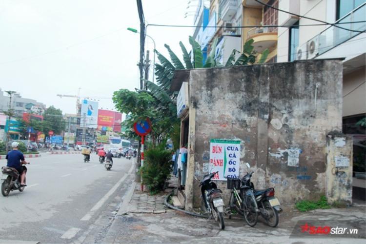 Điển hình cho vấn đề này là tình trạng của căn nhà số 7 (số nhà cũ) ở đường Nguyễn Phong Sắc (quận Cầu Giấy, Hà Nội). Căn nhà án ngữ ngay trên vỉa hèkhiến người đi bộ phải lách qua một khe nhỏ giữa nhà này với một nhà khác, hoặc sẽ phải đi xuống lòng đường.