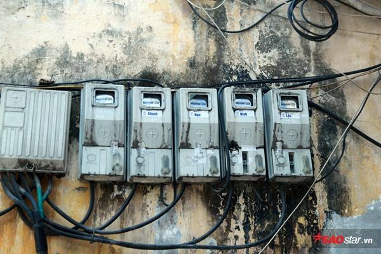 Đồng hồ điện của các hộ gia đình được gắn ngay trên phần tườngăn sát mép đường.