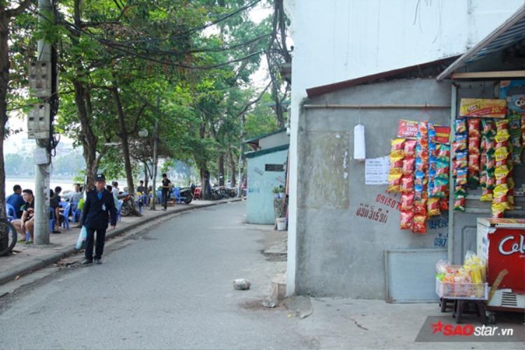 """Những ngôi nhà kỳ dị """"ôm trọn vỉa hè"""" trên phố Mai Anh Tuấn. Bên cạnh đó,dọc khu vực này còn bị sử dụng để kinh doanh."""
