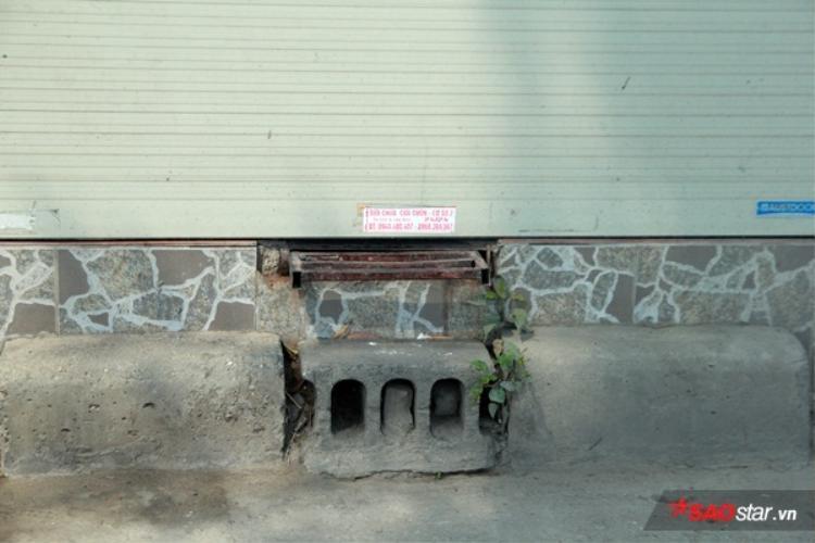 Dù xây sát mép đường, nhưng do nền cao nên chủ nhà vẫn phải làm thang sắt ngầm, giúp thuận tiện cho việc đi lại.