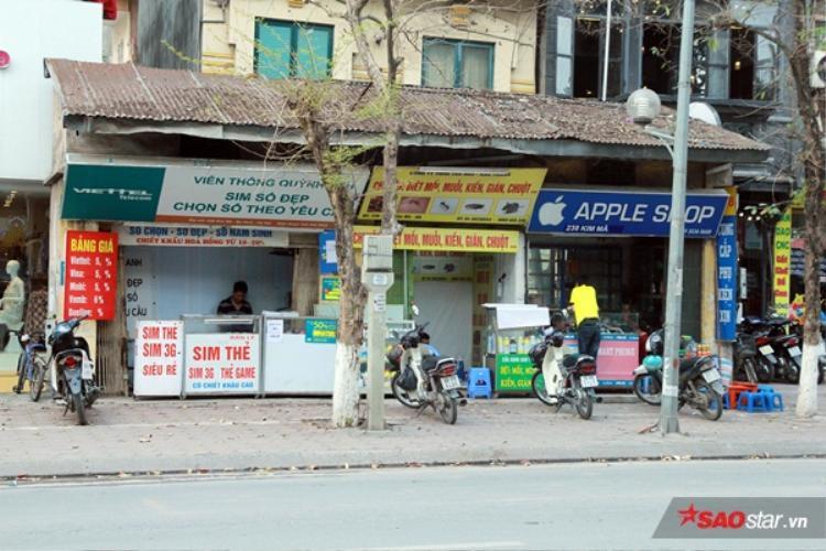 """Phần diện tích khá lớn tọa lạc ngay trên vỉa hè phố Kim Mã, quận Ba Đình, Hà Nội đã chiếm trọn vỉa hè của người đi bộ, nhưng đến nay vẫn """"bình an vô sự""""."""