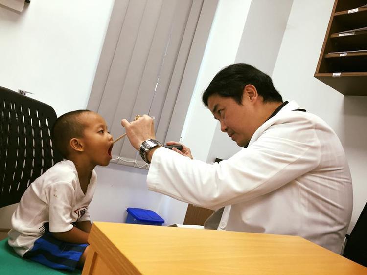 Bé Đạt được anh Nghĩa cho đi khám sức khỏe định kỳ ở bệnh viện Nhi Đồng Tp Hồ Chí Minh.