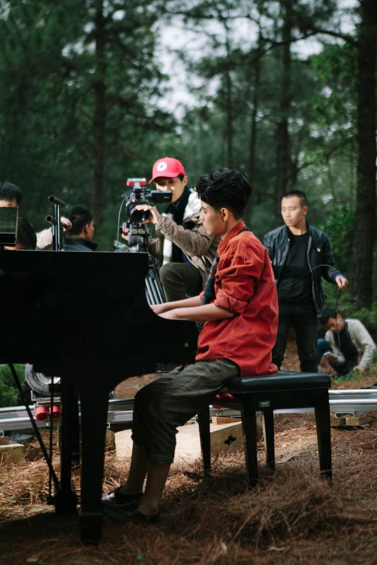 MV được quay ở Sóc Sơn trong thời tiết giá lạnh. Lần đầu tiên Vũ Cát Tường được đàn piano trong rừng sâu.