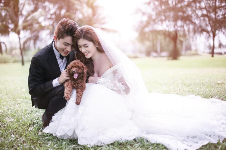 Lê Hà  Diệp Linh Châu xúng xính váy áo, tươi tắn hết cỡ trong hôn lễ Huỳnh Tiên