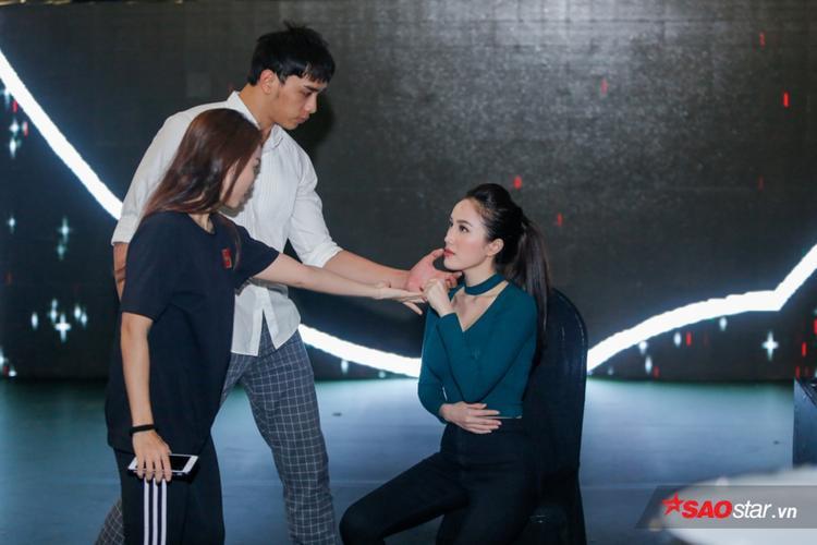 Trên sân khấu, diễn viên Thuận Nguyễn cũng sẽ xuất hiện hỗ trợ nữ ca sĩ trong một phần khiêu vũ mới lạ.