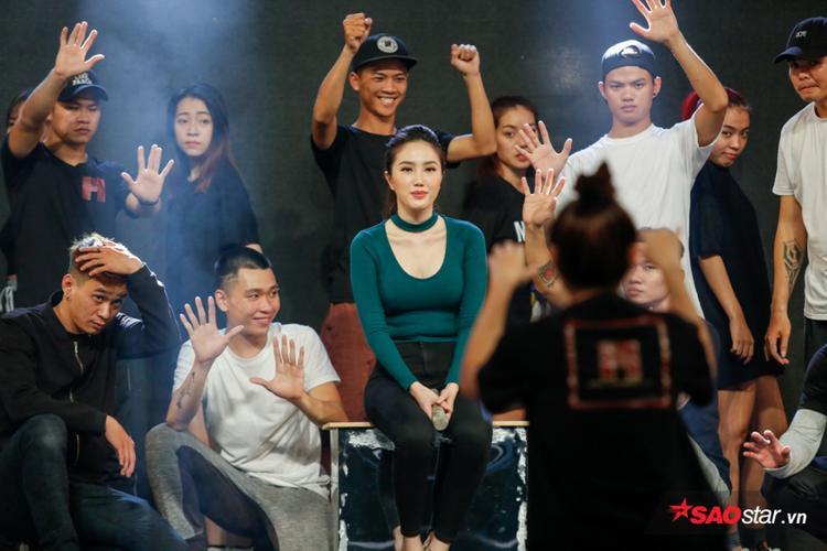 Cả team đều khá tập trung dưới sự chỉ đạo của biên đạo Thùy Vân.