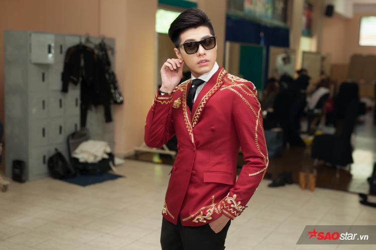 Noo Phước Thịnh xuất hiện với trang phục hoàng gia đỏ rực.