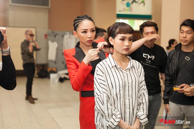 Tóc Tiên lo lắng và tự tay làm tóc cho thí sinh.