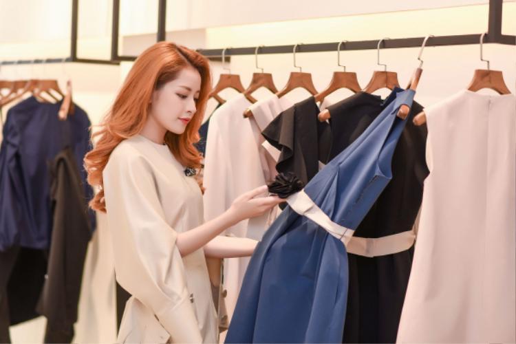 Không chỉ chăm chút lựa chọn bộ cánh ưng ý nhất cho mình, cô còn chọn trang phục cho người bạn thân Gil Lê