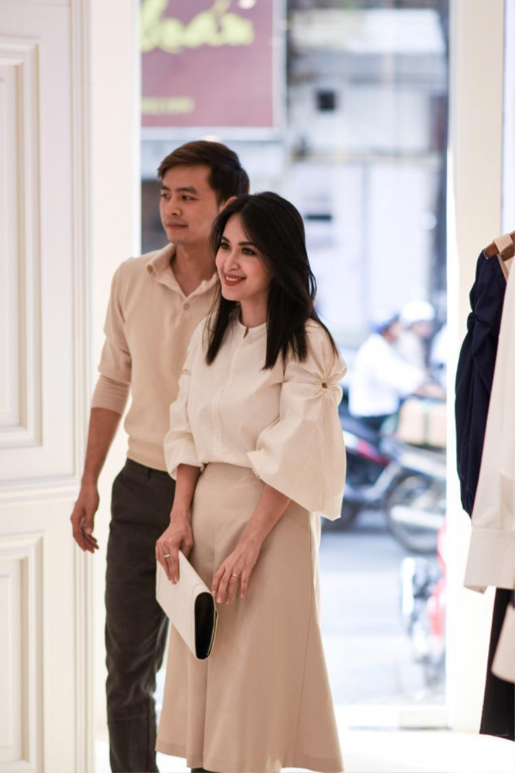 """Cùng với Chi Pu, Tú Vi, được biết còn rất nhiều các mỹ nhân khác cũng đang tất bật chuẩn bị trang phục để xuất hiện trong sự kiện thời trang được trông chờ nhất năm nay của Lâm Gia Khang - """"nhà thiết kế thảm đỏ"""" được yêu thích nhất."""