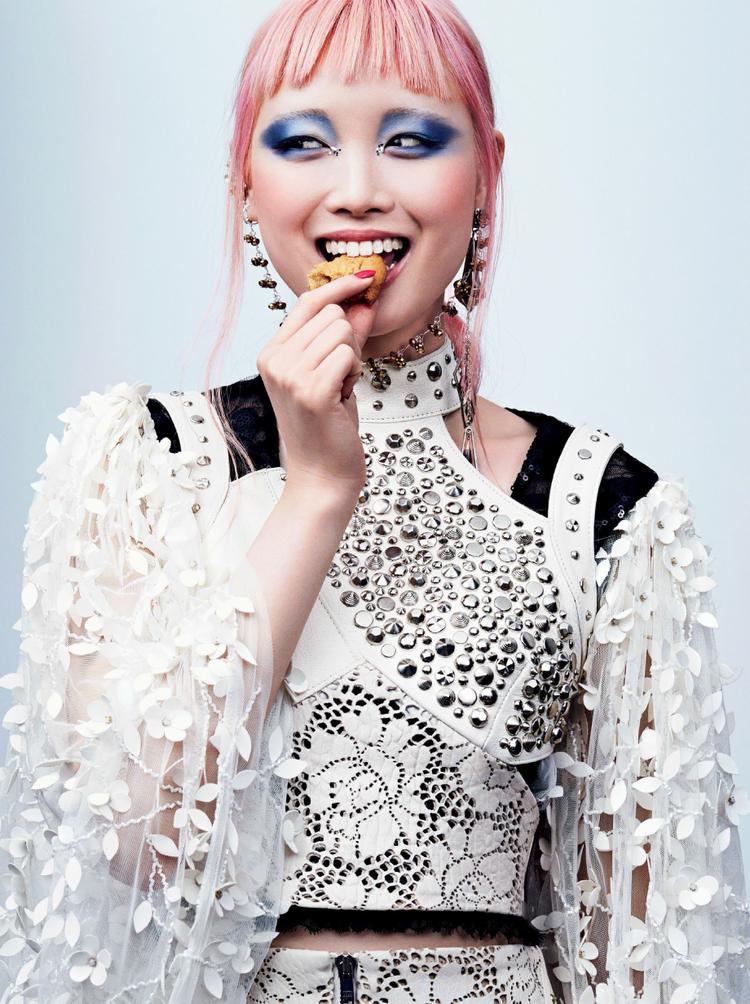 Fernanda Ly chinh phục các nhà mốt danh giá Louis Vuitton và Dior bằng mái tóc hồng.