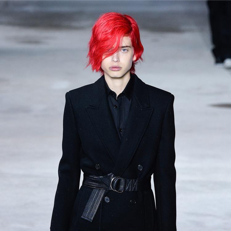"""Người mẫu Sean Levy """"độc bước"""" một màu đỏ neon trên sàn diễn của Saint Laurent."""