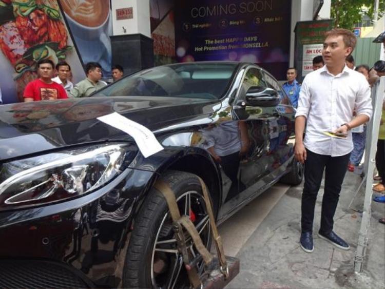 Chiếc xe đã bị dán giấy niêm phong.