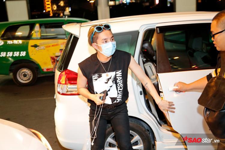 Sơn Tùng xuất hiện tại sân bay trong trang phục giản dị nhưng không kém phần ấn tượng.