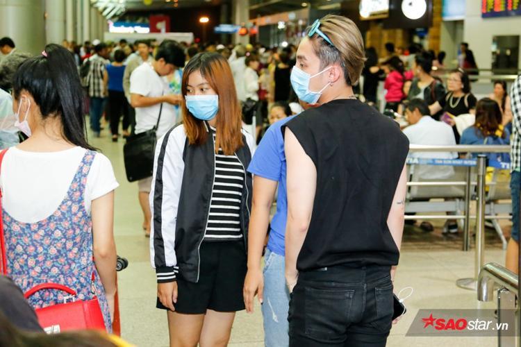 Sơn Tùng M-TP bịt khẩu trang kín mít, lạnh lùng tại sân bay