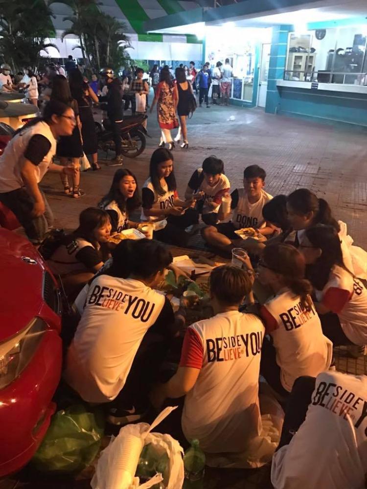 """Và bất ngờ, tối ngày hôm sau FC của Đông Nhi đã có bữa tối """"ngập"""" pizza từ thần tượng."""