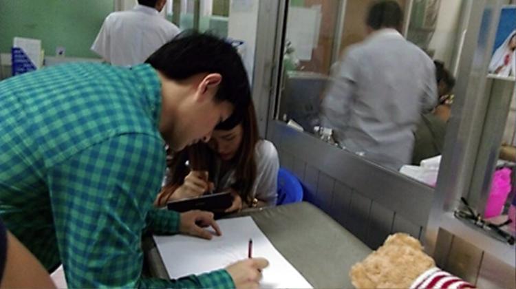 Cặp đôi không quên lại lời chúc và chữ ký dành cho fan của mình.