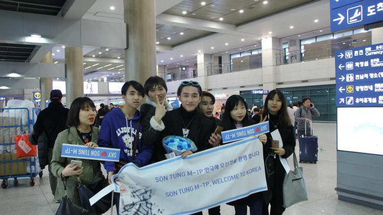 Không những vậy, Sơn Tùng M-TP còn được bình chọn vào top 50 gương mặt thời trang của châu Á. Vì vậy, Sơn Tùng M-TP không còn là một gương mặt quá xa lạ với fan quốc tế, anh được chào đón nồng nhiệt tại Hàn Quốc.
