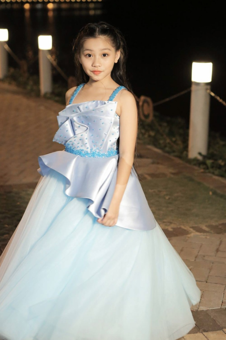 Cô nàng ca sĩ nhí Khánh Ngọc hát ca khúc mở màn cho show diễn.
