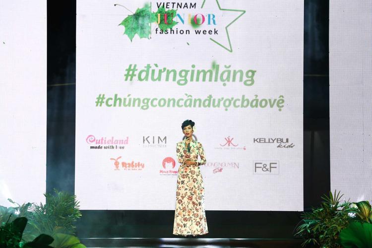 Siêu mẫu Xuân Lan diện áo dài nhã nhặn giới thiệu về đêm trình diễn đầu tiên trước đông đảo người hâm mộ.
