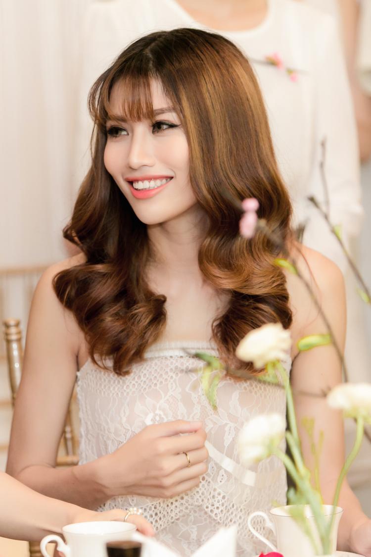 Chế Nguyễn Quỳnh Châu được biết đến từ khi là người mẫu chiến thắng trong chương trình Project Runway. Cùng năm, cô tham dự Vietnam's Next Top Model, được nhiều khán giả yêu mến dù chỉ vào Top 9.