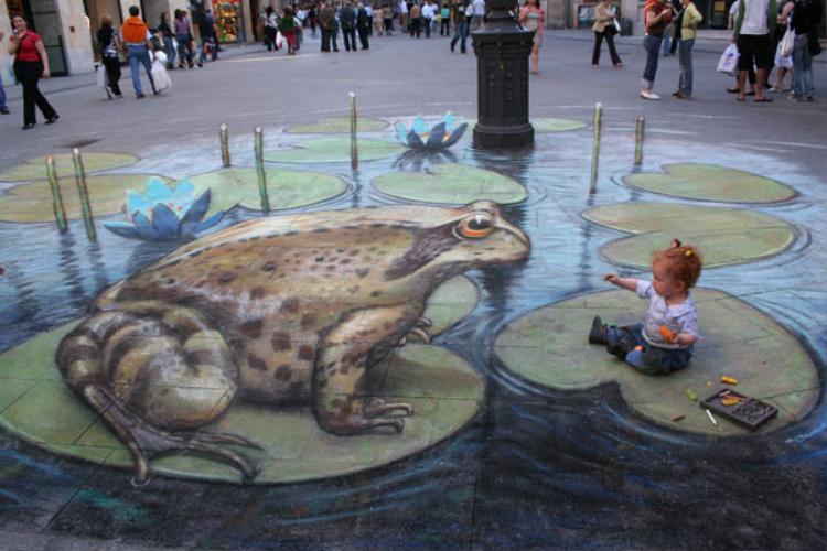 Cô bé có vẻ khá tò mò khi được chụp với chú ếch khổng lồ.