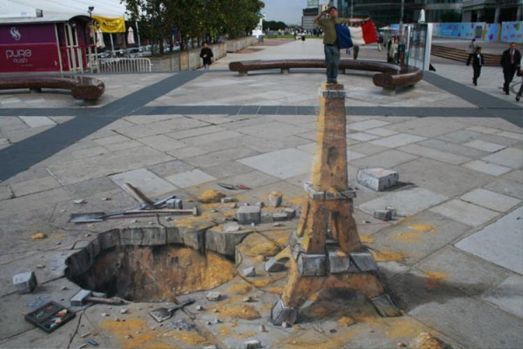 Đây có phải là ở Paris không? Sao lại có tháp Eiffel giữa đường thế này?