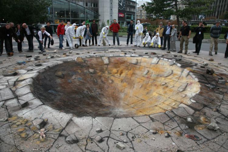 """Một """"hố bom"""" khá lớn nằm ở giữa đường."""