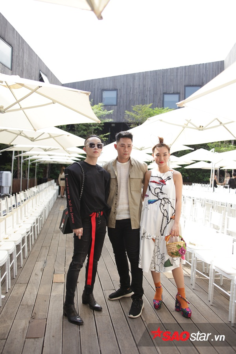Lâm Gia Khang dù là nhân vật chính trong sự kiện thời trang hôm nay nhưng anh ăn mặc rất giản dị và vô cùng phấn khích khi tiếp đón những vị khách mời.