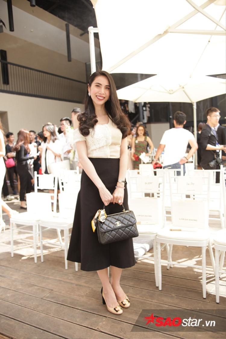 Thủy Tiên có phần giản dị hơn rất nhiều so với những lần tham dự Fashion Show khác từng diễn ra trước đó. Chiếc túi Chanel giúp nữ ca sĩ có được diện mạo chỉn chu nhất.