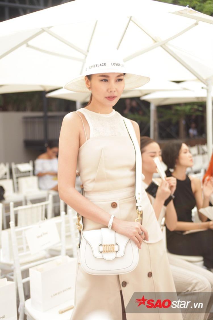 Với thiết kế thanh lịch và đơn giản của Lâm Gia Khang, những món đồ phụ kiện của Dior giúp chị đẹp có được tổng thể hoàn hảo nhất, toát lên khí chất của một siêu mẫu hàng đầu làng mốt Việt.