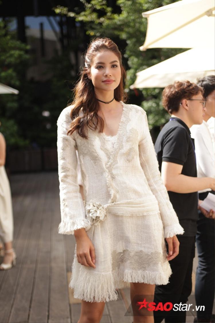 Phạm Hương vẫn giữ được thần thái, biểu cảm của hoa hậu quốc dân dù thời tiết có nắng nóng như thế nào.