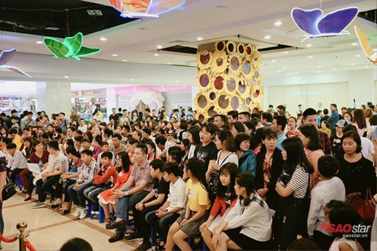 Buổi sơ tuyển đầu tiên khu vực Hà Nội thu hút rất đông các bạn nhỏ đến đăng ký.