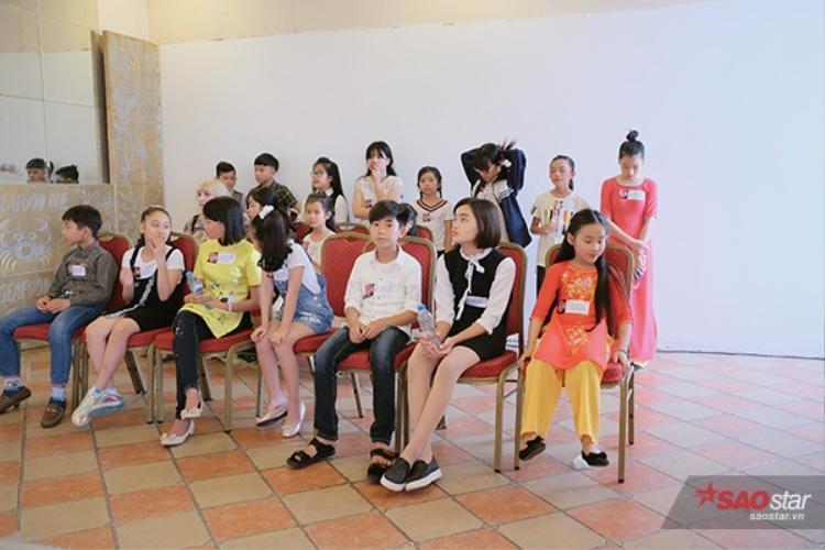 Các thí sinh hồi hộp chờ đến lượt vào gặp trực tiếp giám khảo Lưu Thiên Hương.