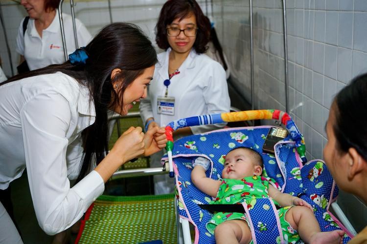 Cô nở những nụ cười rạng rỡ, nhiệt tình trò chuyện, chơi đùa cùng các bé nhằm giúp các em giảm áp lực trước ca mổ sắp đến.